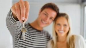 happy-couple-keys-home